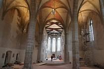 Interiér kostela Povýšení svatého Kříže se po rekonstrukci vrátil do původní podoby.