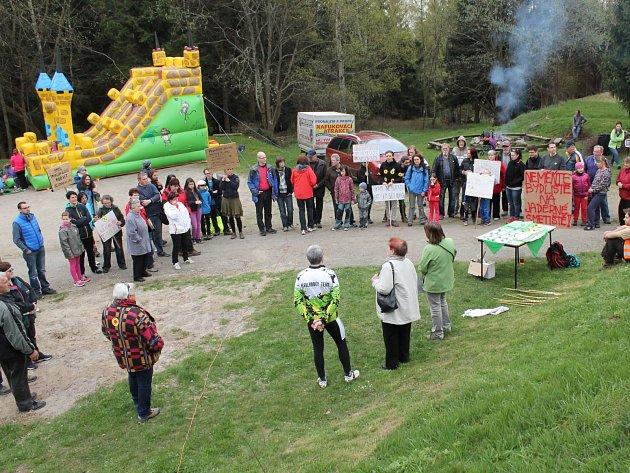 Den proti úložišti.  sobotu 23. dubna se lidé na protest proti úložišti sešli na vrchu Čeřínek. Aktivisty však podpořilo jen několik desítek lidí s transparenty.