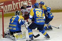Zatímco hokejisté Chomutova v roli lídra první ligy v sobotu v Brodské Kotlině vyhrát nedokázali, Ústečtí Lvi (v modrožlutých dresech), kteří o dva dny později Chomutov vystřídali v čele tabulky, se ve středu večer nenechali Rebely zaskočit.