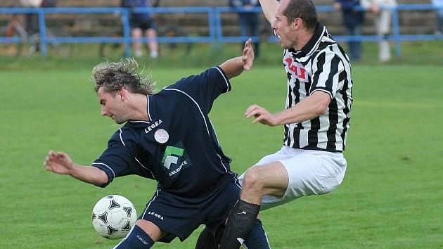 Série skončila. Fotbalisté Žďáru (v pruhovaném Martin Horák) poprvé v divizi D prohráli.