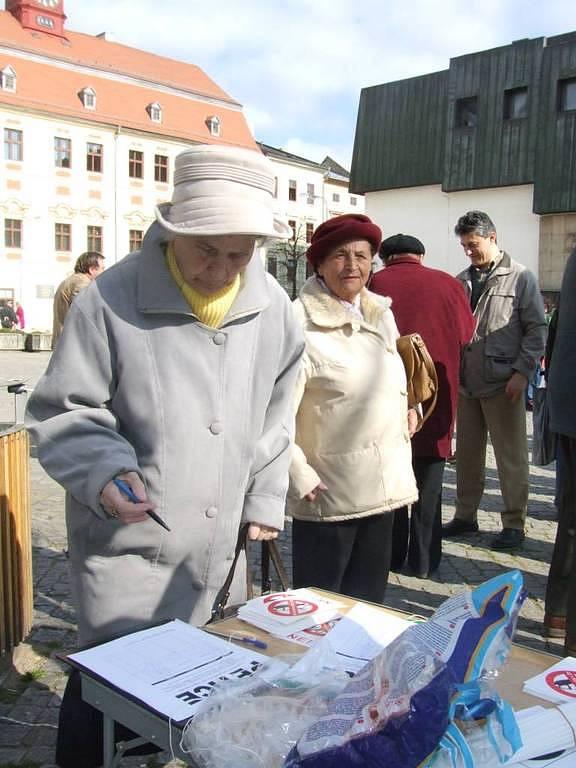 Občané Jihlavy podepisovali petici za vypsání referenda k základně.