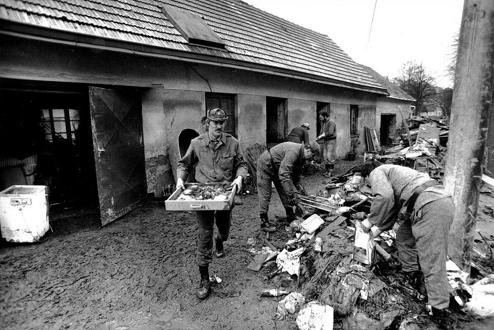 Plné ruce práce měli lidé v ulici Osvobození, pomáhali tam i vojáci.