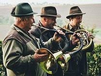 Všestranné zkoušky ohařů zahájilo slavností fanfárou trio trubačů Z Vochoze a Z Liščího vršku.