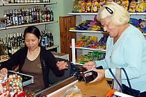 Vietnamské obchody. Podle některých českých podnikatelů jde o nekalou konkurenci. Maloobchodníci  neplatí daně, zákazník je spokojen, ale státní rozpočet pláče. Ilustrační foto.
