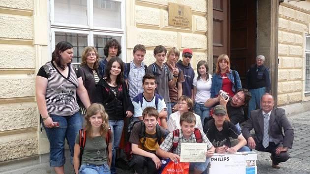Cenu za vítězství v soutěží Videopohlednice z mého města převzali bítešští školáci v prostorách Ministerstva školství, mládeže a tělovýchovy v Praze.