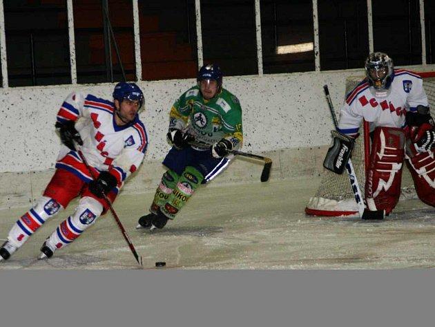 Náchodský zadák Ondřej Chudý rozjíždí další akci svéhu tým v prestižním derby s Hronovem.