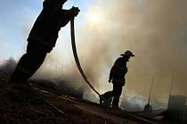 Požár skladu zemědělských strojů v Řešetově Lhotě.