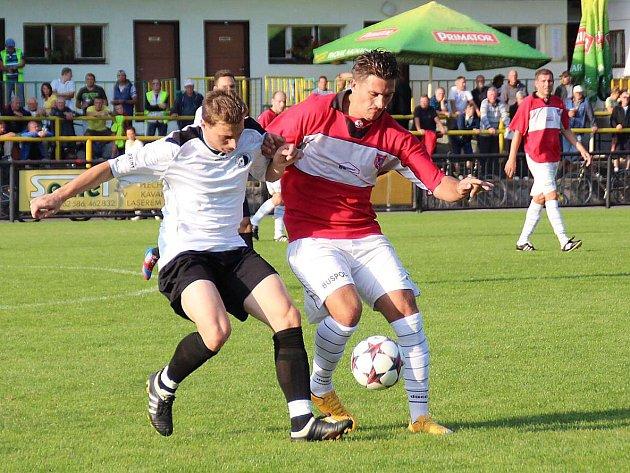 ČERVENOKOSTELECKÝ Lukáš Hlava (v červeném) bojuje o míč s rychnovským protihráčem.