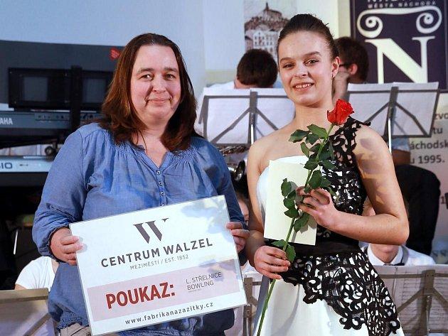HVĚZDA DENÍKU Aneta Vacková (vpravo) převzala zrukou vedoucí redaktorky Náchodského deníku Reginy Hellová poukaz od společnosti Centrum Walzel.