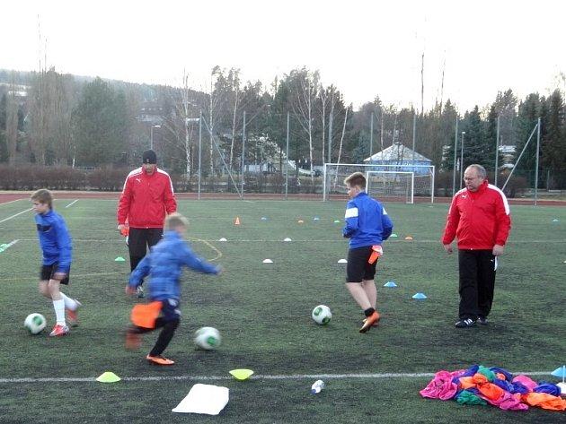 NA UKÁZKU praktických i teoretických postupů tréninku mládeže dorazilo více než třicet trenérů.