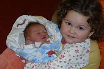JAKUB LUŠTINEC z Náchoda se narodil 5. prosince 2014 rodičům Jitce a Danielovi. Chlapeček vážil 3240 gramů a měřil 50 centimetrů. Doma se z něho raduje sestřička Eliška (na snímku).