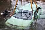 UTOPENOU ŠKODU FABII lovili včera za pomoci techniky hasiči ze dna řeky Metuje v Náchodě - Bělovsi.