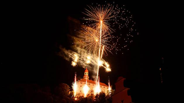 Nebe nad zámkem rozzářil ohňostroj.