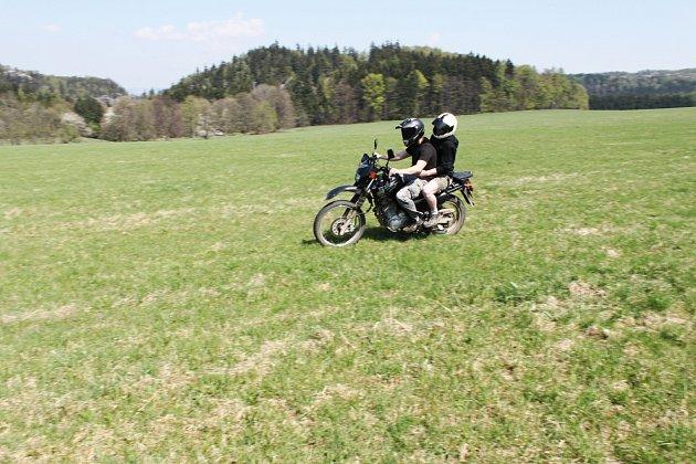 Motorka u Adršpašsko-teplických skal.