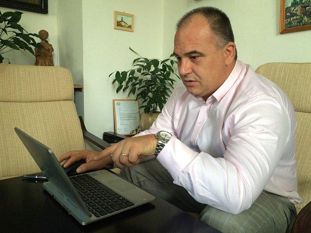 Starosta Jan Birke při on-line rozhovoru se čtenáři Náchodského deníku.