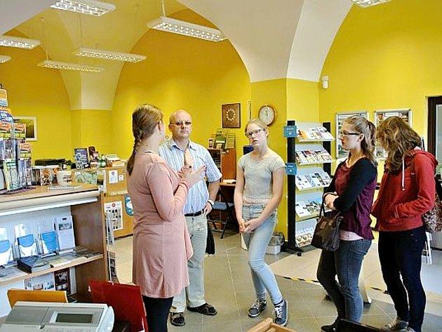 Posila Informačního centra Broumovska slečna Klaudia Głodek z Nowe Rudy je překvapením pro polské turisty.