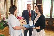 V obřadní síni náchodské radnice se uskutečnilo slavnostní předávání ocenění pedagogům.
