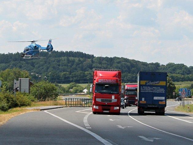 Policisté hlídají hlavně nebezpečné předjíždění. Riskující řidiče stíhá i vrtulník.
