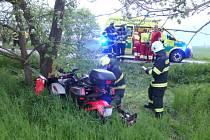 Na tříkolce cestovali dva lidé, oba si převzala do péče zdravotnická záchranná služba.