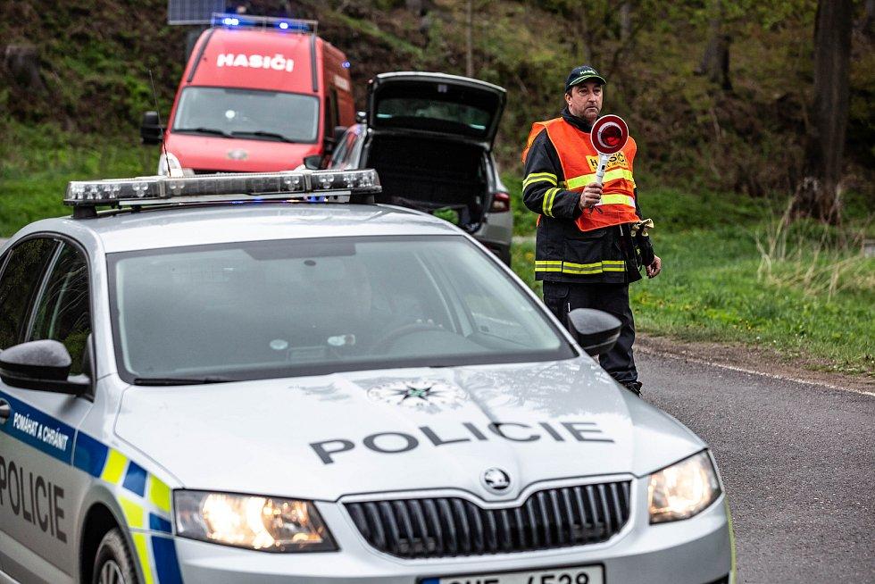 Adršpach zažívá nájezdy zejména polských turistů, stovky aut míří do skalního města. Dopravu musí řídit jak policie, tak dobrovolní hasiči.