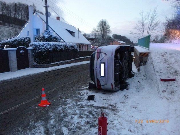 Řízení se vymklo zrukou, auto skončilo na boku.