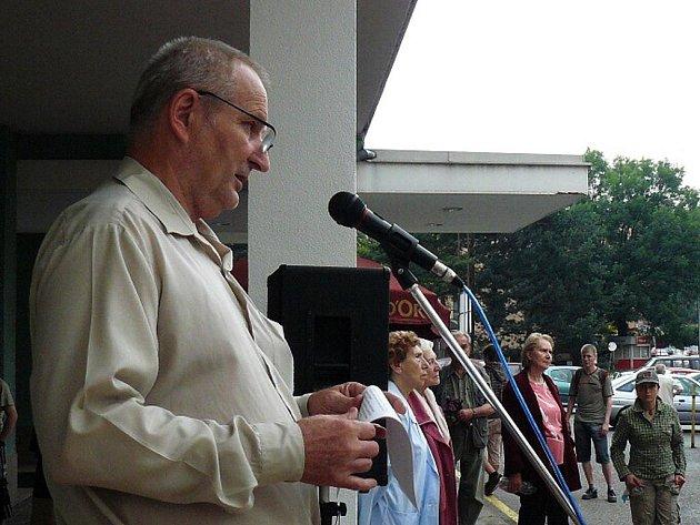 """Pokud založíme občanské sdružení, vybudování obchvatu lépe prosadíme,"""" říkal organizátor protestu  František Rázl."""