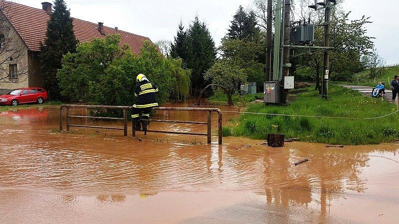 Kalná voda zaplavila komunikace v Olivětíně a Velké Vsi.