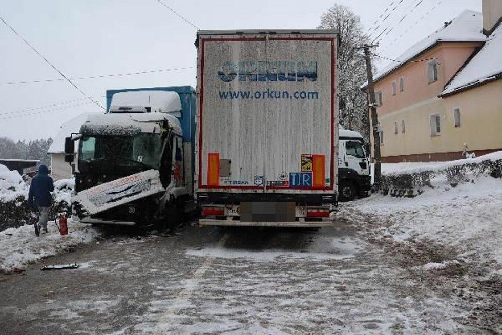 Za posledních 24 hodin královéhradečtí policisté vyjížděli ke 45 dopravním nehodám, což v přepočtu znamená téměř dvě nehody během jedné hodiny a jedná se o více než dvojnásobek běžných výjezdů. Foto: Policie ČR
