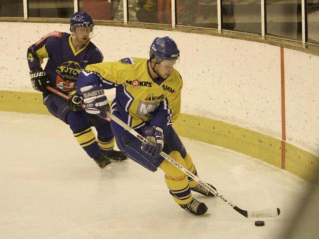 Hokejisté Nového Města (ve žlutém) rozhodli o svém vítězství nad Novou Pakou až v poslední třetině.