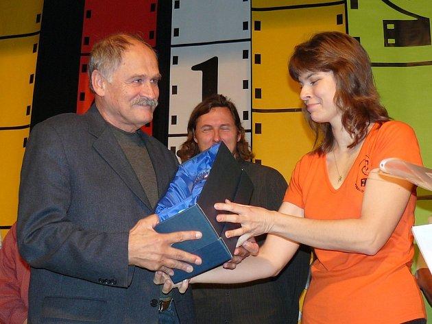 Eduard Mocek  při přebírání hlavní ceny festivalu.