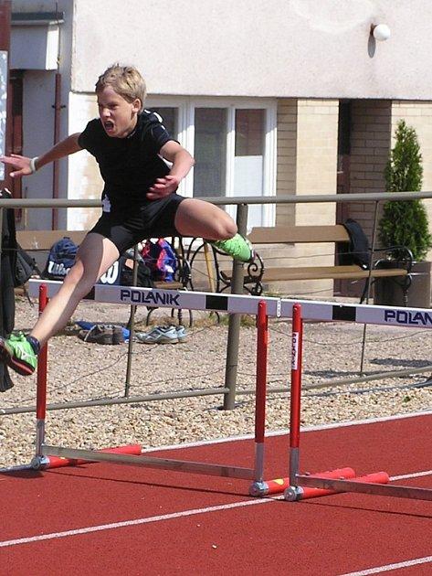 Pro bronz na trati 200 metr překážek si v rámci krajského přeboru jednotlivců doběhl novoměstský atlet Petr Remeš.