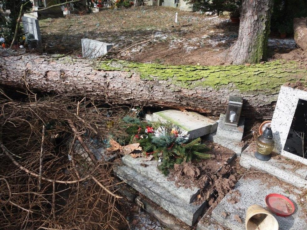 Škody na náchodském hřbitově, které způsobil nedávný silný vítr, uhradí majitelům hrobů město.