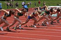 Dráhy číslo 7, 6 a 4 a v nich novoměstské sprinterky Tamchynová, Routková, Swierczyk. Všechny umějí 100 m výtečně, proto se setkávají v ligové finále.