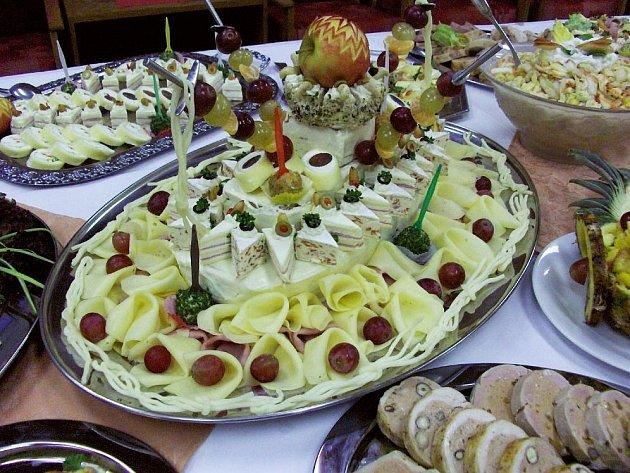 Vánoční cukroví a pokrmy v podání žáků hotelovky v Hronově může být inspirací pro hospodyňky.