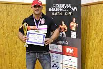 ZE SVĚTOVÉHO šampionátu si Vlastimil Kužel přivezl titul mistra světa i skleněnou plaketu, nejlepší výkon  roku však předvedl v Trutnově, kde na Carpathian Cupu zvítězil v novém evropském i světovém rekordu 245 kilogramů.