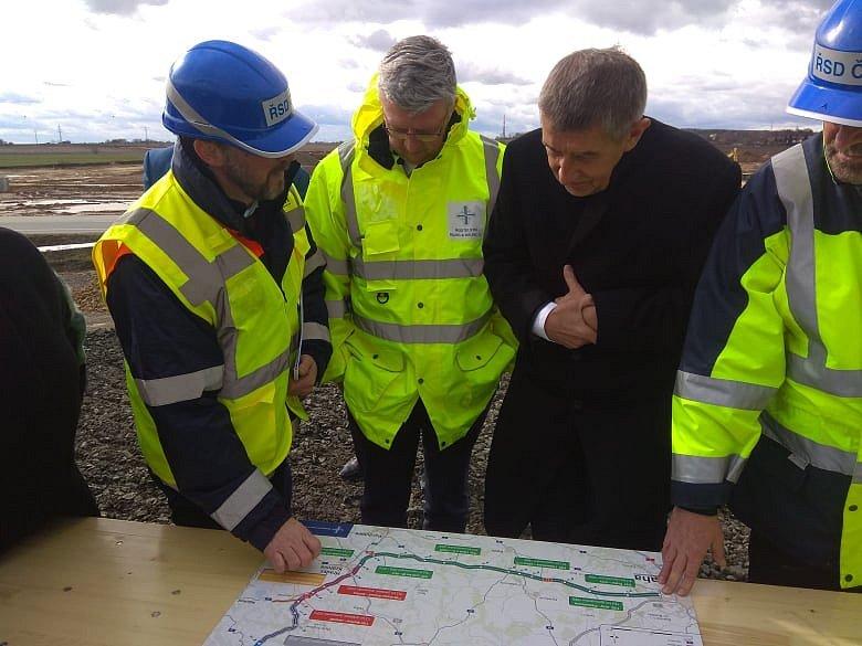 Andrej Babiš naklánějící se nad plány dálnice D11