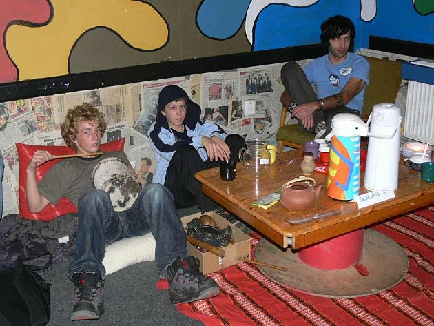 NĚKTEŘÍ návštěvníci Klubu Mandl zavítali v rámci EkoFestu do  čajovny.  V šerém svíčkami osvětleném prostředí mohli u šálku čaje zhlédnout některý z dokumentárních filmů.