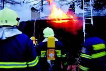 K POŽÁRU V JESTŘEBÍ jako první dorazili hasiči JSDH Nové Město nad Metují. Zachránit z hořícího objektu dvě osoby už bylo ale nemožné.