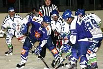 HOKEJISTÉ Jaroměře (v modrém) skončili v letošním ročníku Krajské ligy mužů sedmí.