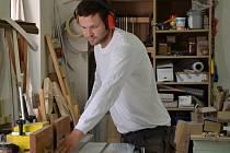Truhlář Jan Jirman při práci ve své dílně.