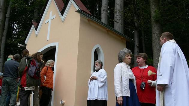 Se záchranou kaple už Anna Tůmová zkušenosti má. Na začátku září 2007 byla po opravě vysvěcena Birkeho tovární kaple (na snímku)  v Javoru, která byla postavena roku 1910 a roku 2006 byla určena k demolici.