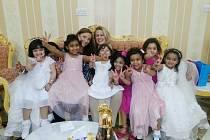 Markéta Klemmová s kolegyní Kristýnou na slavnostním obědě u jedné katarské rodiny. Na snímku spolu s tamními dětmi.
