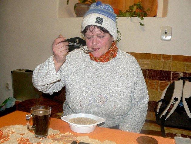 Téměř šedesátiletá Marie Podolánová z Police nad Metují, má strach, že nepřežije letošní zimu.
