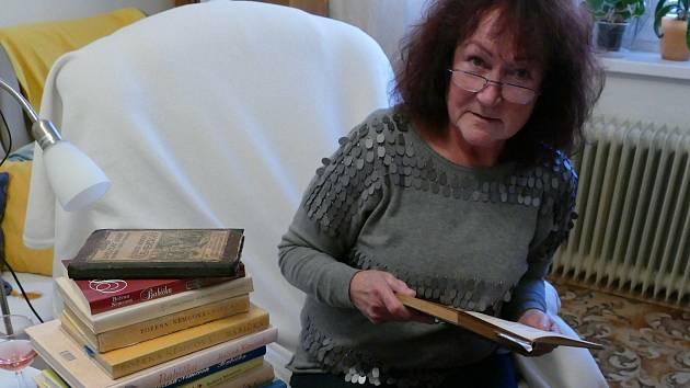 Jarmila Valterová svou první Babičku dostala k Vánocům pod stromeček v deseti letech. Sbírá jen ilustrovaná vydání, kterých má v knihovně 25.