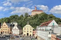 Pohled na zámecký kopec z okna náchodské radnice. Foto: archiv města