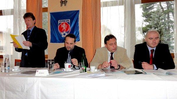 STARONOVÝM předsedou Výkonného výboru Okresního fotbalového svazu Náchod byl vsobotním dopoledni zvolen Petr Vítek (druhý zleva).