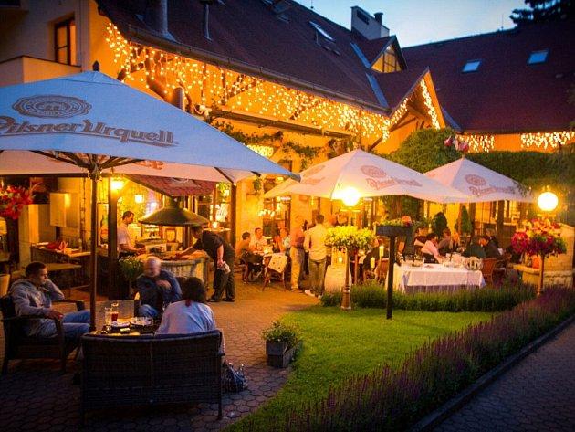 PŘÍJEMNÉ STYLOVÉ PROSTŘEDÍ čeká na hosty nejen uvnitř hotelů a restaurace, ale i při posezení na terase.
