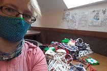 Švadlenka Marcela Schejbalová z Bezděkova nad Metují ve spolupráci s obecním úřadem se hned na začátku koronavirové krize pustila do bezplatného šití roušek pro občany obce.