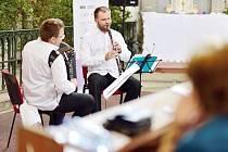 Duo Clarideon – klarinetista Jan Jakub Bokun a akordeonista Michał Moc v Heřmánkovicích.
