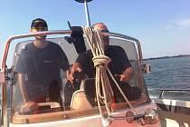 POLICEJNÍ HLÍDKA NA ČLUNU brázdí v těchto dnech vodní hladinu přehradní nádrže Rozkoš. Policistépři akcích kontrolují nejen plavce, ale třeba i skútry a motorové čluny.